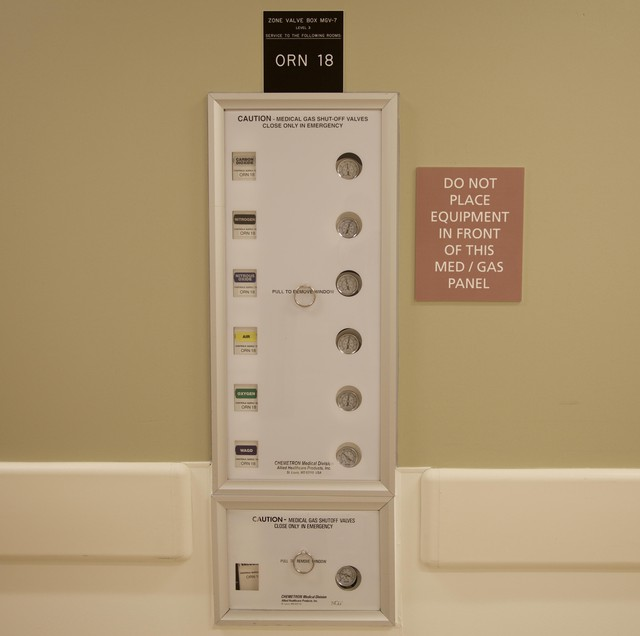 A panel outside the operating room shows the levels of various gasses used.