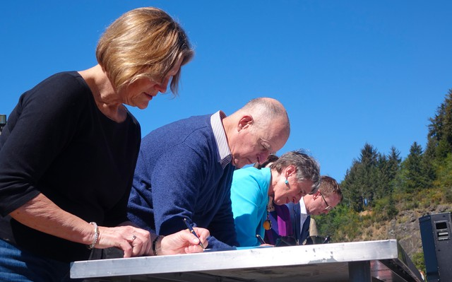 (Left to Right) NOAA Administrator Kathryn Sullivan, California Governor Jerry Brown, Interior Secretary Sally Jewell and Pacific Power CEO Stefan Bird sign two new Klamath Basin water deals on April 6, 2016.